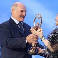 Александр Лукашенко вручает награду Тамаре Гвердцители. Фото: пресс-служба президента Беларуси