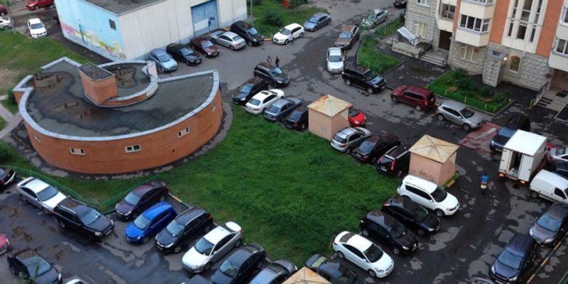 parkovochnye-mesta-vo-dvore-1200x545_c