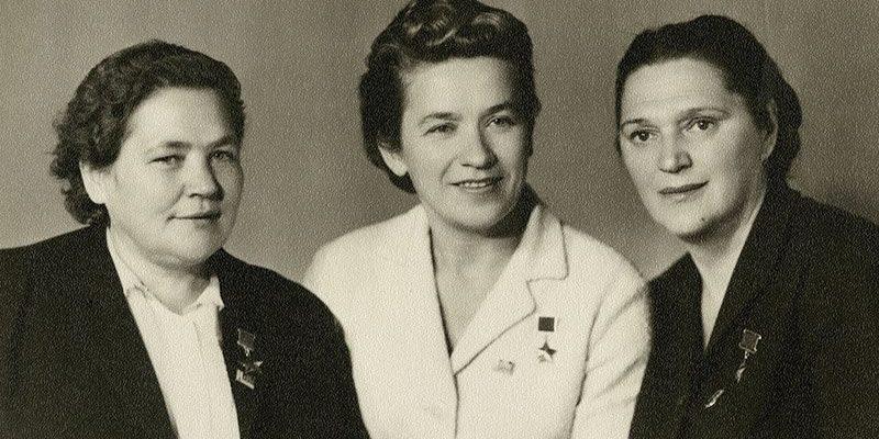 Герои Советского Союза —  Мария Осипова, Надежда Троян, Елена Мазаник.