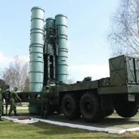 Стреляют установки С-300 управляемыми ракетами: навелись, к примеру, на самолет и уже не слезут у него с хвоста.