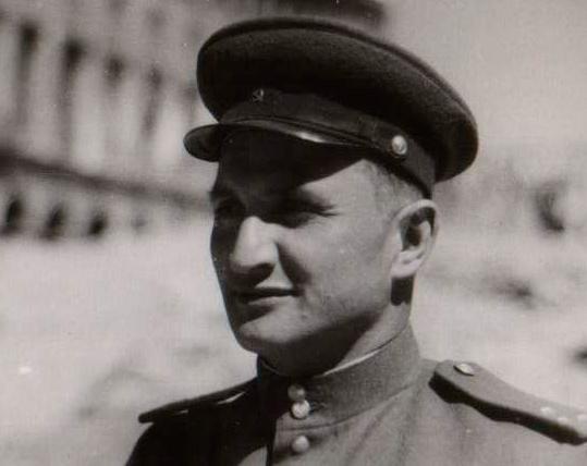 Военный корреспондент фотохроники ТАСС Александр Дитлов возле Рейхсканцелярии. Май, 1945 г.