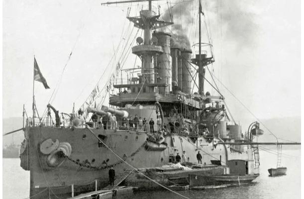 тот самый линкор «Чесма» в 1917 году, который позднее будет использован как плавающая тюрьма