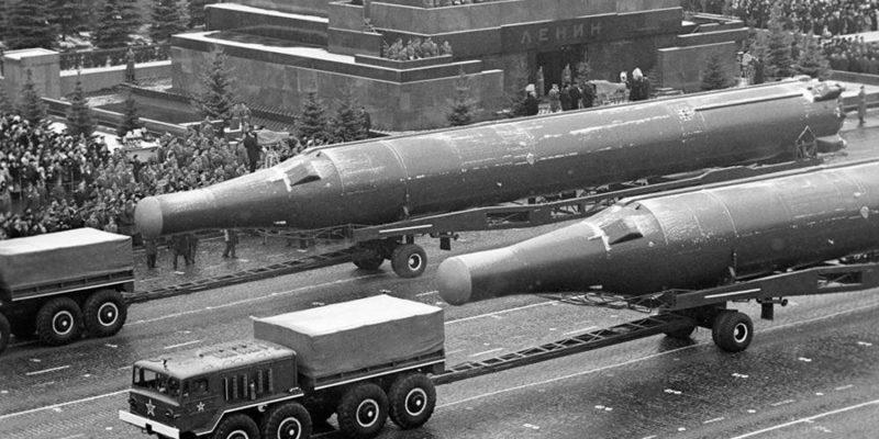 Тягачи МАЗ-535А буксируют тяжелые межконтинентальные ракеты Р-36.